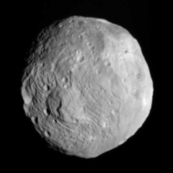 """Tokį Vestos atvaizdą į Žemę atsiuntė aplink asteroidą skrieti pradėjęs zondas """"Dawn""""."""