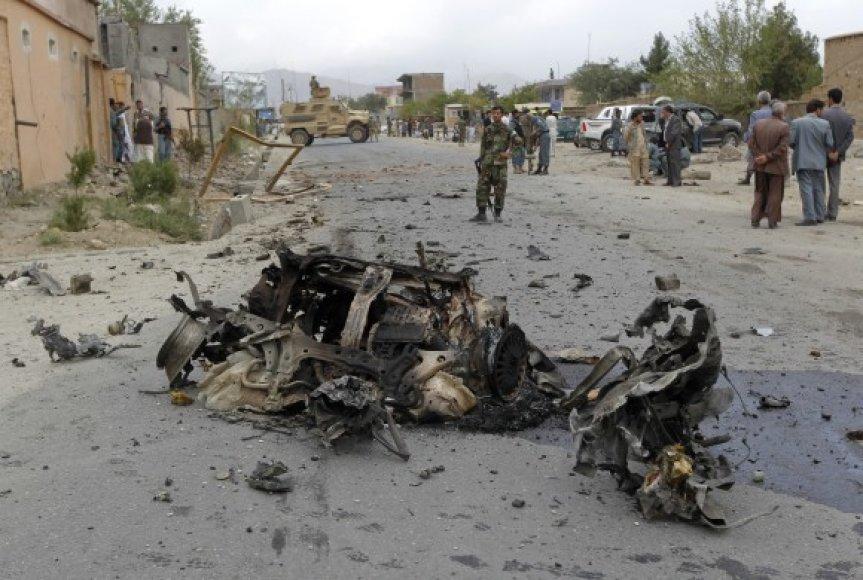 Iš pradžių užpuolikai susprogdino sprogmenų prikimštą automobilį.