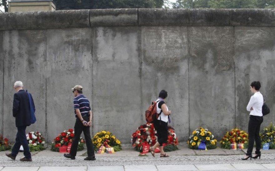 Prie Berlyno sienos likučių vokiečiai paminėjo jos aukų atminimą.