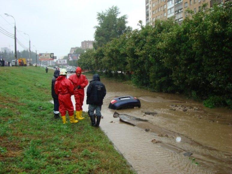 Automobilis nuskendo duobėje.