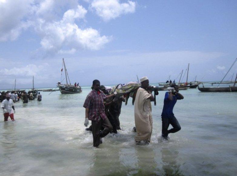 Gelbėtojai iš vandens iškelia žuvusiųjų kūnus.