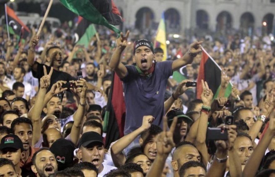 Tūkstančiai žmonių Tripolio Kankinių aikštėje sveikina sukilėlių vadovą Mustafą Abdul Jalilį.