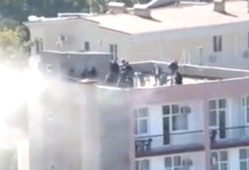 Specialiųjų padalinių pareigūnai ant pastato stogo šturmo metu
