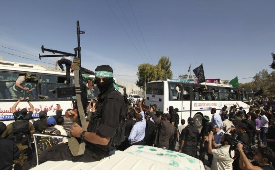 Palestiniečiai pasitinka savo tautiečius, paleistus iš Izraelio kalėjimų.