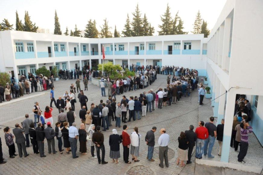 Tunise prie rinkimų apylinkių išsirikiavo žmonių eilės.