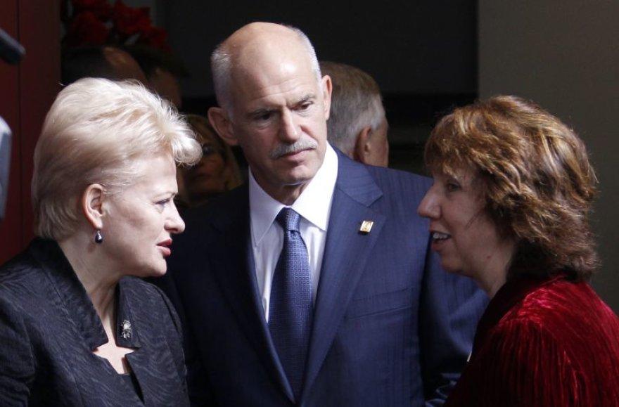 Dalia Grybauskaitė (kairėje) kalbasi su Cahterine Ashton ir Graikijos premjeru Georgu Papandrėjumi.