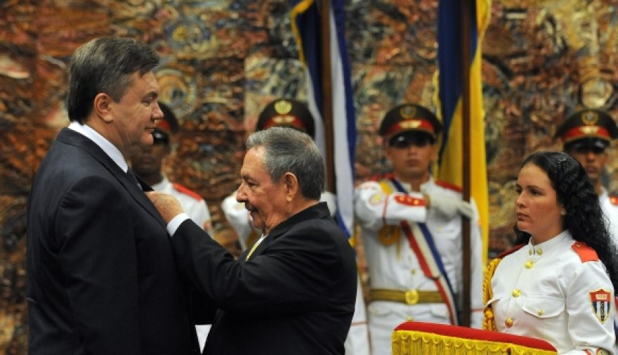 Raulis Castro sega ordiną Viktoriui Janukovyčiui.