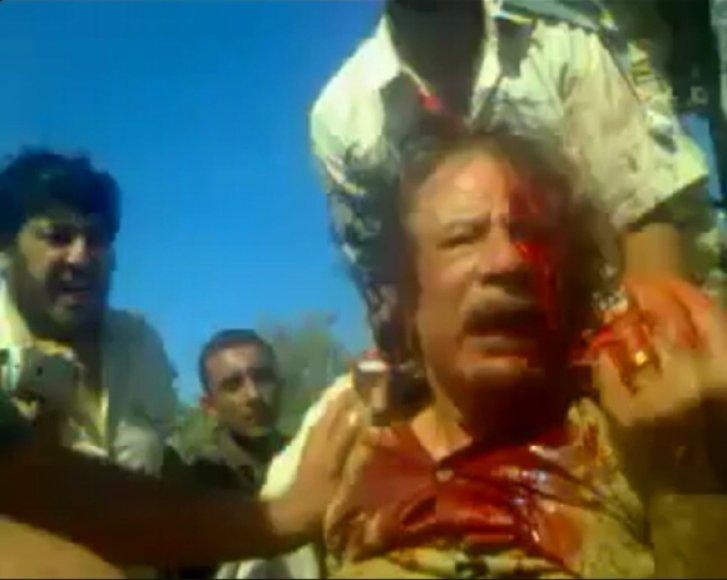 Kovotojai Muamarą Kadhafi sučiupo gyvą, tačiau netrukus jis mirė neaiškiomis aplinkybėmis.