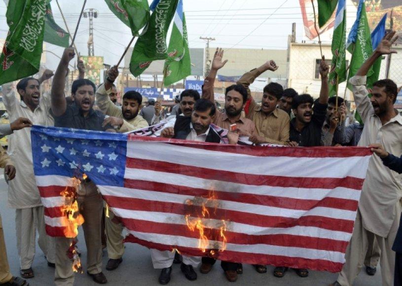 Pakistaniečiai įsiutę dėl NATO atakos.