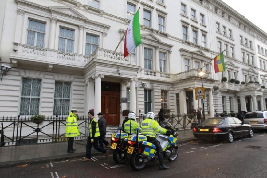 Londono policija prie Irano ambasados