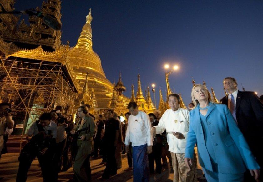 Hillary Clinton atvyko į Mianmarą.