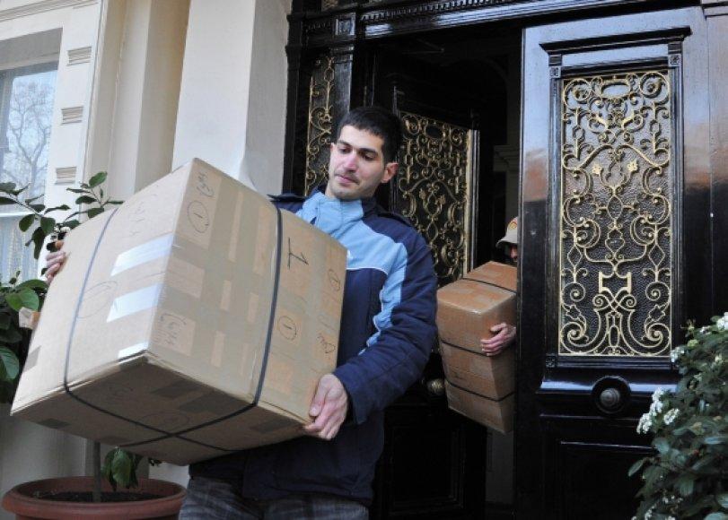 Iraniečiai išvyksta iš savo ambasados Londone.