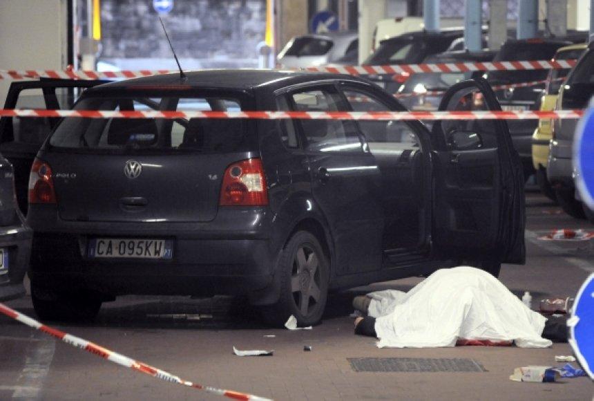 Po išpuolio ir pats Gianluca Casseri krito negyvas pakirtas kulkos.