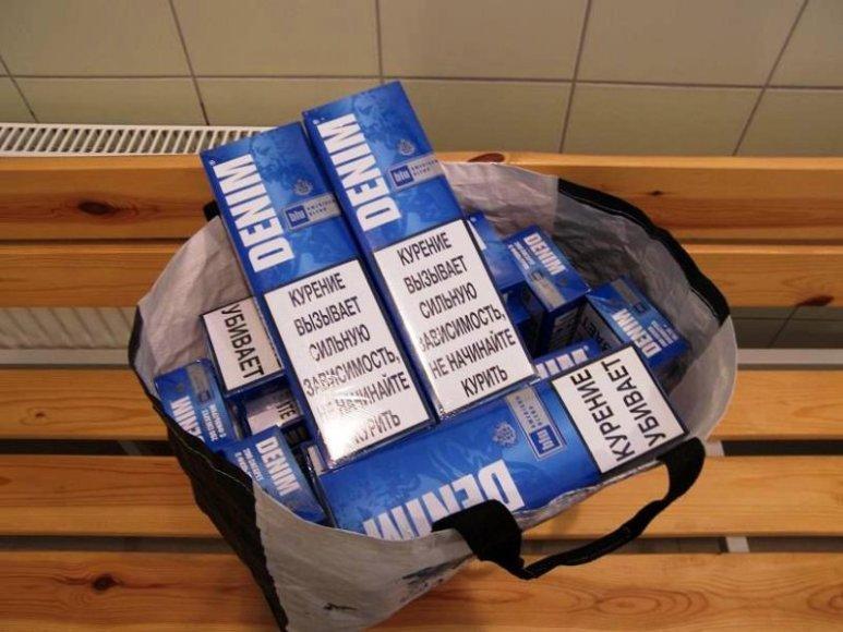 Nuo tilto numestos kontrabandinės cigaretės