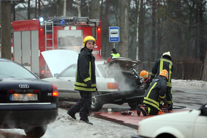 Ugniagesiai avarijos vietoje šalina sprogimo pavojų