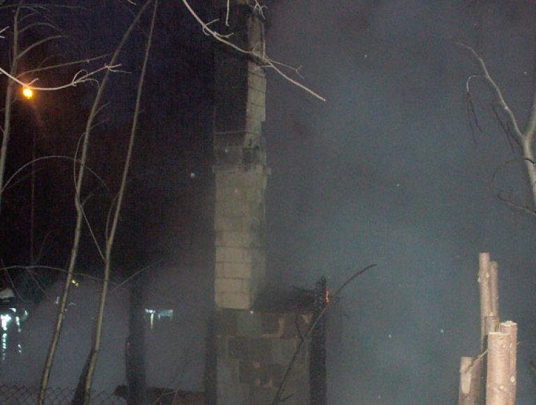 Vienas namas sudegė visiškai