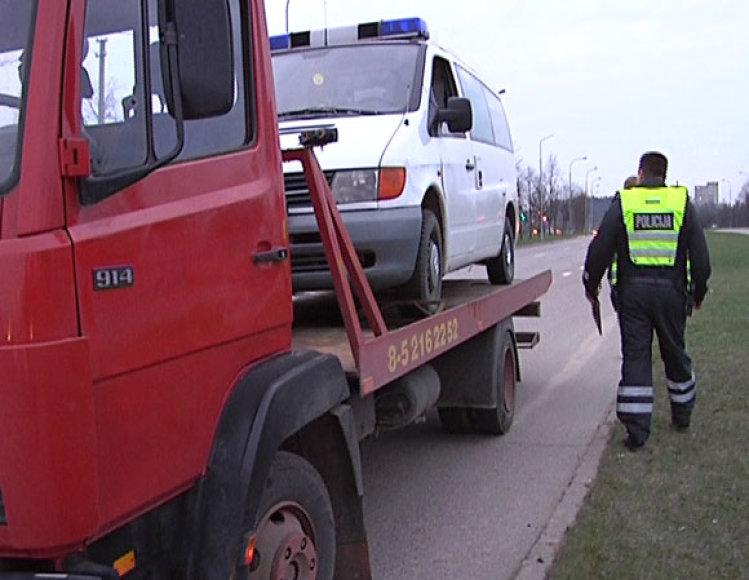 Gydytojo automobilis išgabenamas iš įvykio vietos