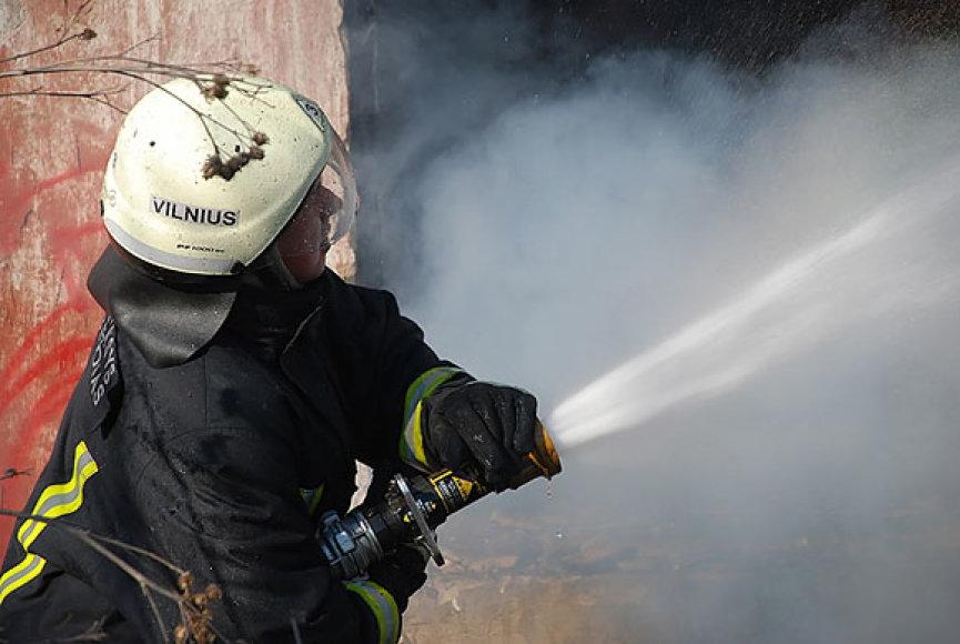 Ugniagesys gesina gaisrą