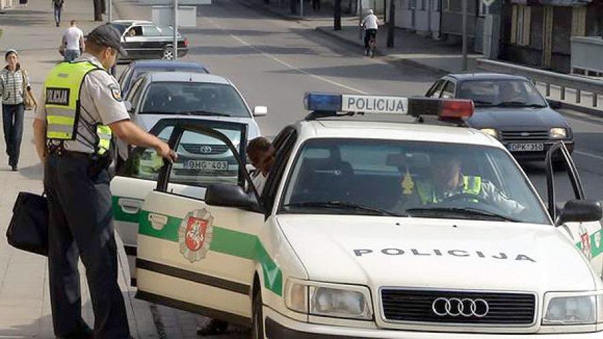 Policininkai baudžia pažeidėją