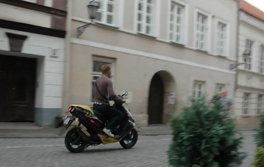 Mopedų vairuotojai retai dėvi šalmus