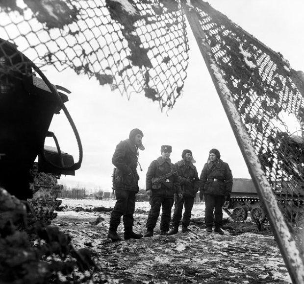 V.Uschopčiko kareiviai prie TV bokšto sausio 13-osios rytą