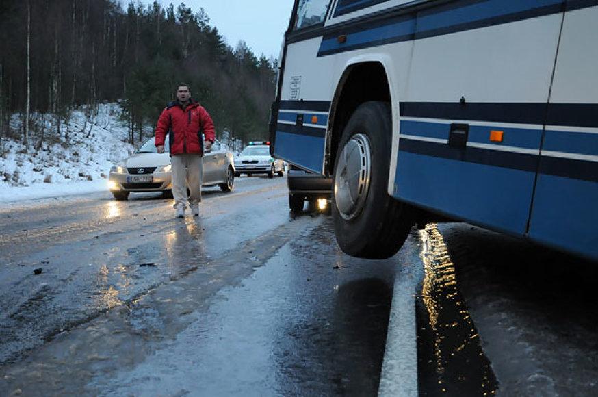 Autobuso ratai po avarijos pakibo virš važiuojamosios kelio dalies