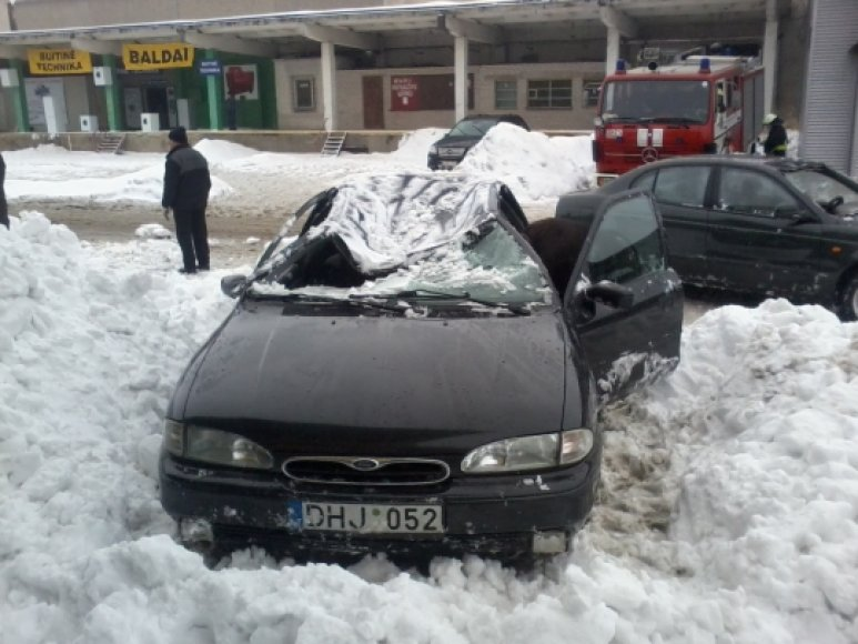 Šiauliuose sniego suniokotas automobilis