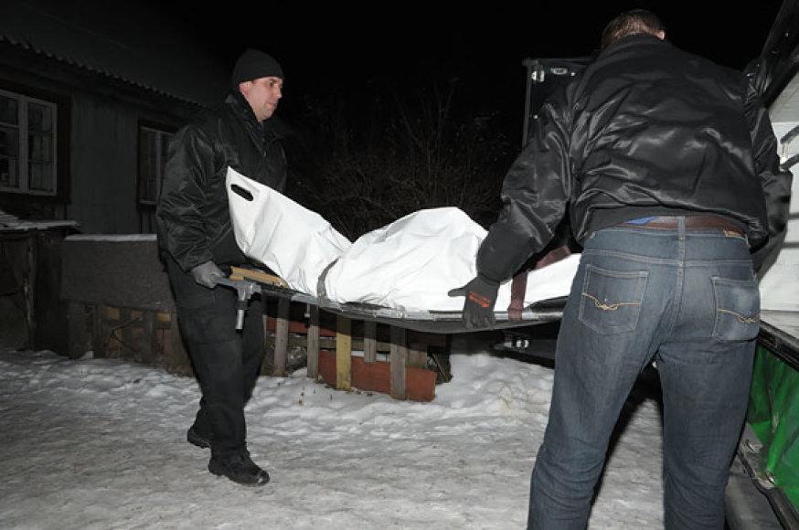 Iš įvykio vietos išgabenamas nužudytojo kūnas
