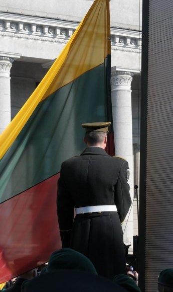 Keliama Lietuvos vėliava