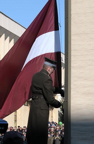 Keliama Latvijos vėliava