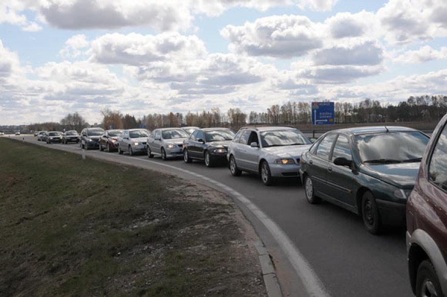 Šimtai, per brangiais degalais pasipiktinusių vairuotojojų, šeštadienį įvairiuose Lietuvos miestuose savo automobiliais užkimšo degalines.