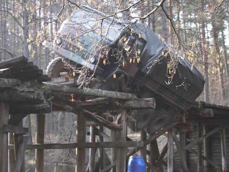 Sunkvežimio neišlaikęs tiltas