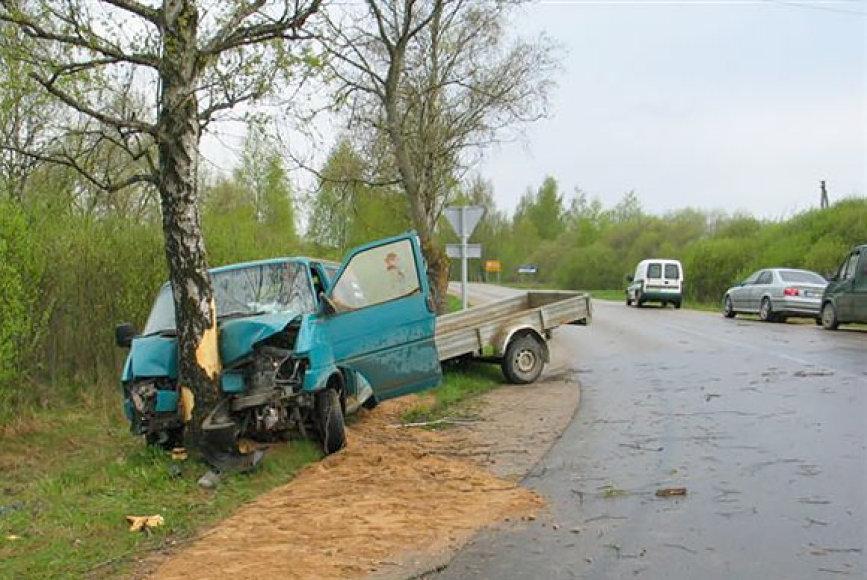 Į medį atsitrenkęs mikroautobusas Telšiuose