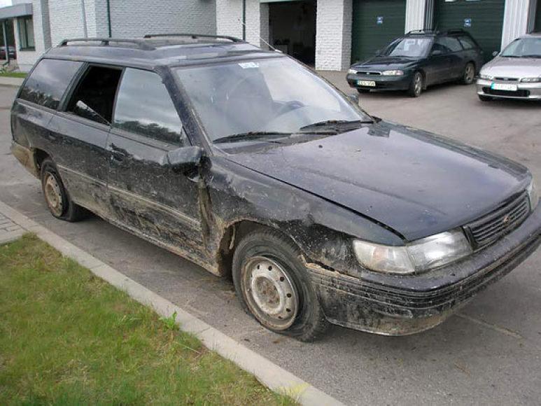 Į Nemuno senvagę įskriejęs automobilis