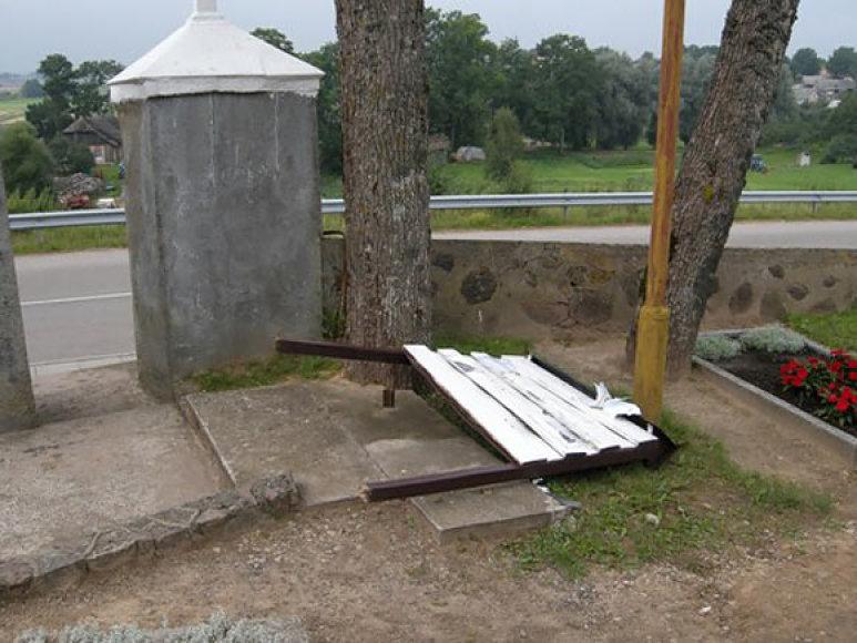 Luokės kapinės po vandalo siautėjimo