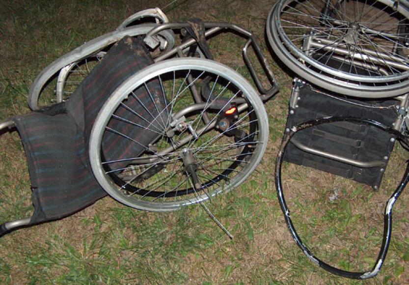 Po avarijos sumaitotas neįgaliojo vežimėlis. Archyvo nuotrauka