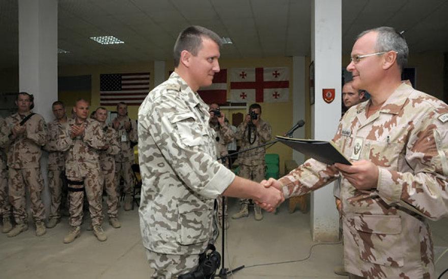 Lankydamasis Afganistane generolas A.Vaičeliūnas apdovanojo ukrainiečių karo medikus, kurie iš karto po incidento operavo Čagčarano centre peršautus Lietuvos karius