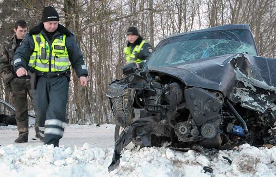 """Policininkai apžiūri suniokotą automobilį """"Audi"""""""