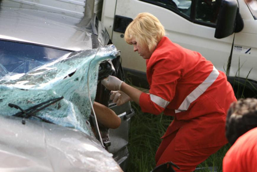 Po avarijos nukentėjusio vairuotojo medikai patys negalėjo ištraukti iš sumaitoti automobilio