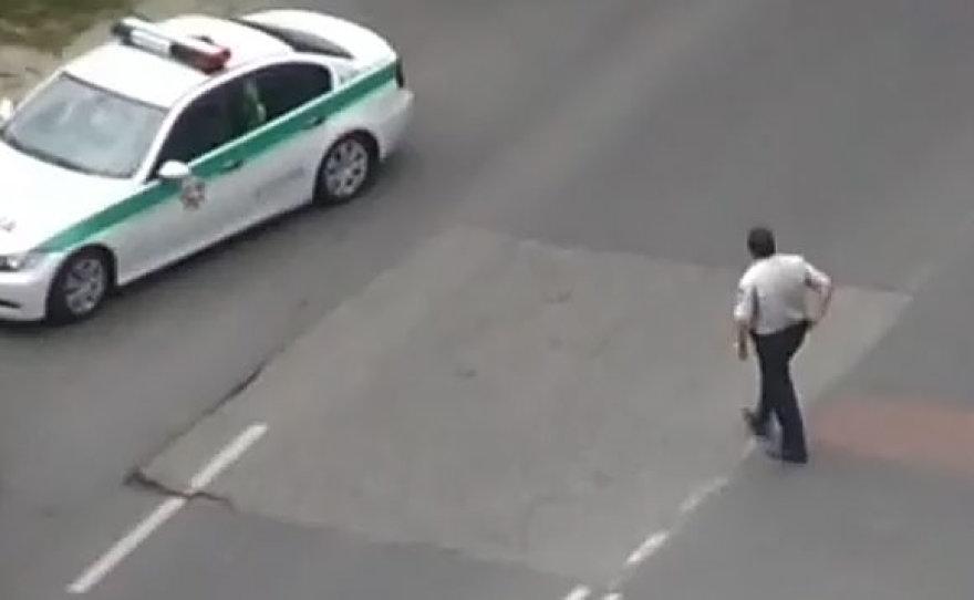 Policininkas nenustatytoje vietoje kerta gatvę