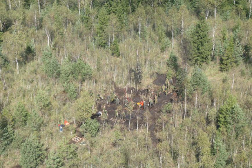 Lėktuvo avarijos vietoje toliau renkamos orlaivio liekanos