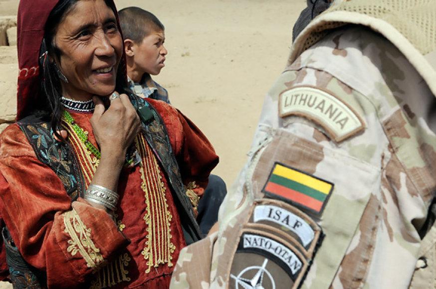 Lietuvos karys Afganistane bendrauja su vietos gyventoja