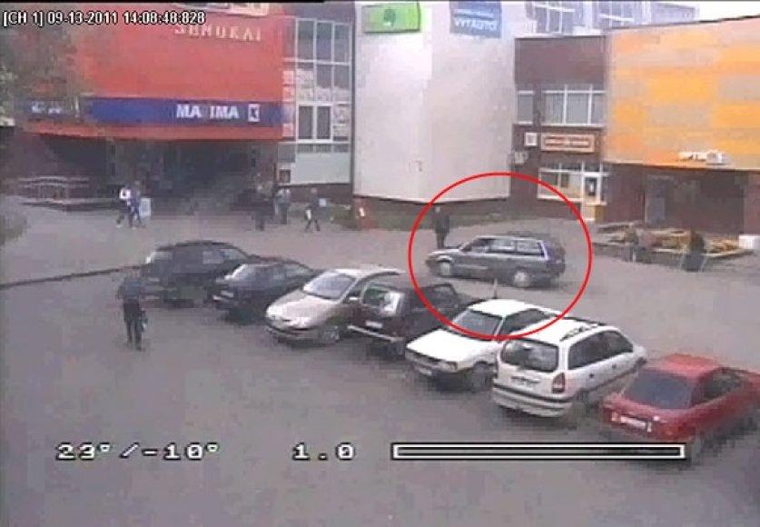 """Šaligatviu važiuojantį """"Volkswagen Passat"""" vairuoja mirtinai girtas vairuotojas"""