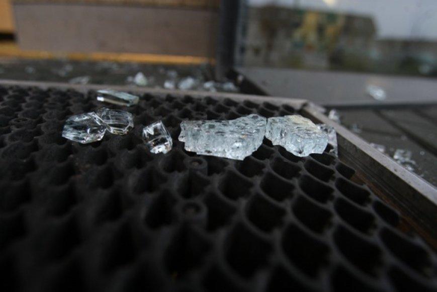 Nusikaltėliai išdaužė pagrindinių durų stiklą