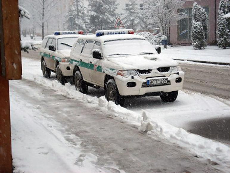 Apsnigti policijos automobiliai