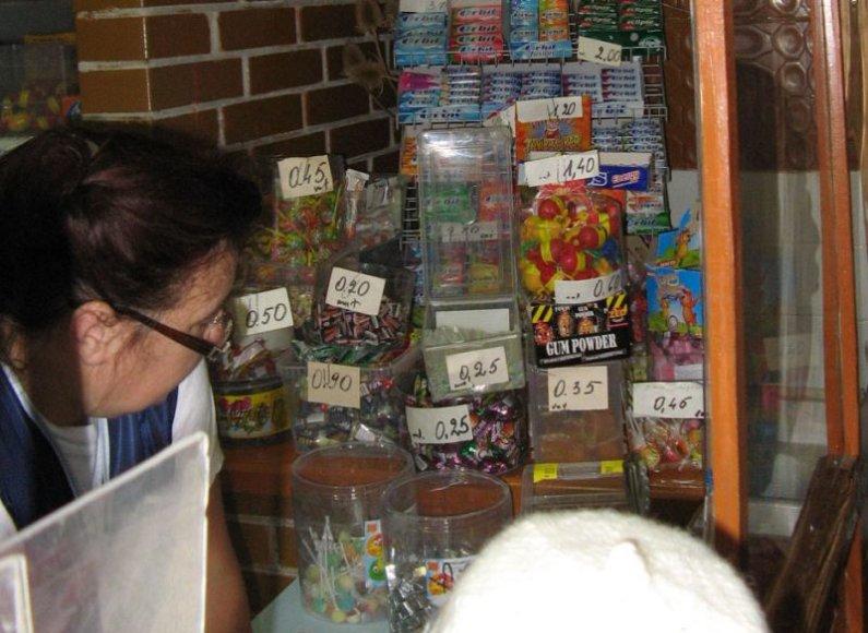 Negalėdami mėgstamų užkandžių įsigyti mokyklose, moksleiviai traukia į šalia mokyklų esančias parduotuves.