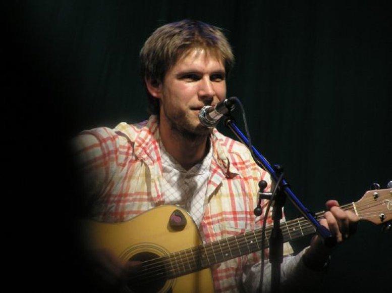 Įvairių bardų renginių organizatorius ir dalyvis J.Baltokas į Kauną atveža pirmo savo albumo dainas.