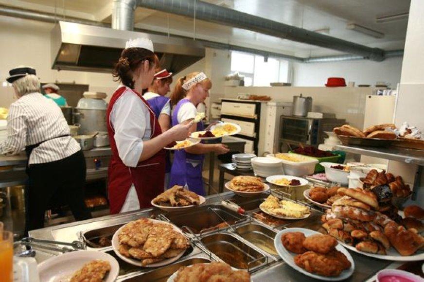 Į darželį vaikus vedantys tėvai nuo rudens mokės ne tik už mažylių suvalgomą maistą, bet ir už jo gaminimą.