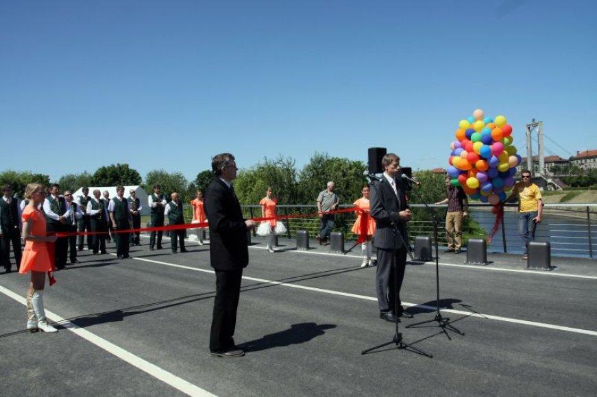 Birželį atidarytas tiltas į Nemuno salą intensyviai naudojamas Kauno arenos statyboms.