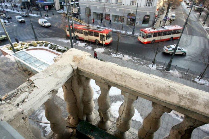 Apie 30 kg sveriantis betono luitas sutraiškė žemiau esančio balkono turėklą ir tik per plauką nenukrito ant Gedimino prospekto praeivių galvų.